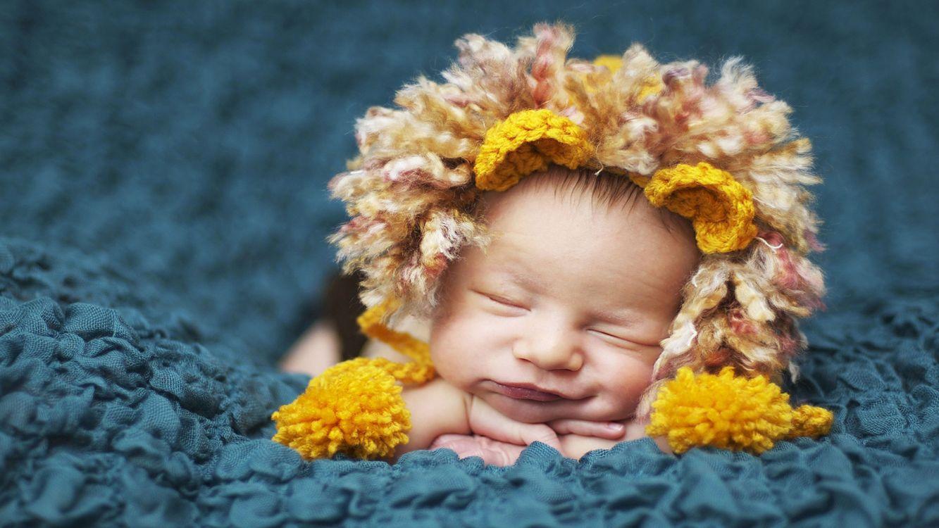 Фото бесплатно ребенок, спит, лицо, смешной, шапка, голова, улыбка, руки, маленький, глаза, нос, щеки, фон, ткань, синяя, разное