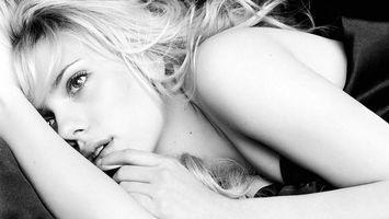 Бесплатные фото скарлетт йоханссон,волосы,светлые,глаза,губы,руки,простынь