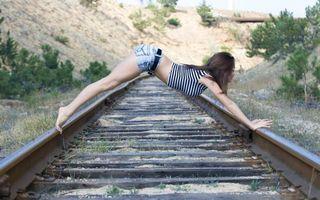 Фото бесплатно девушка, брюнетка, на железной дороге