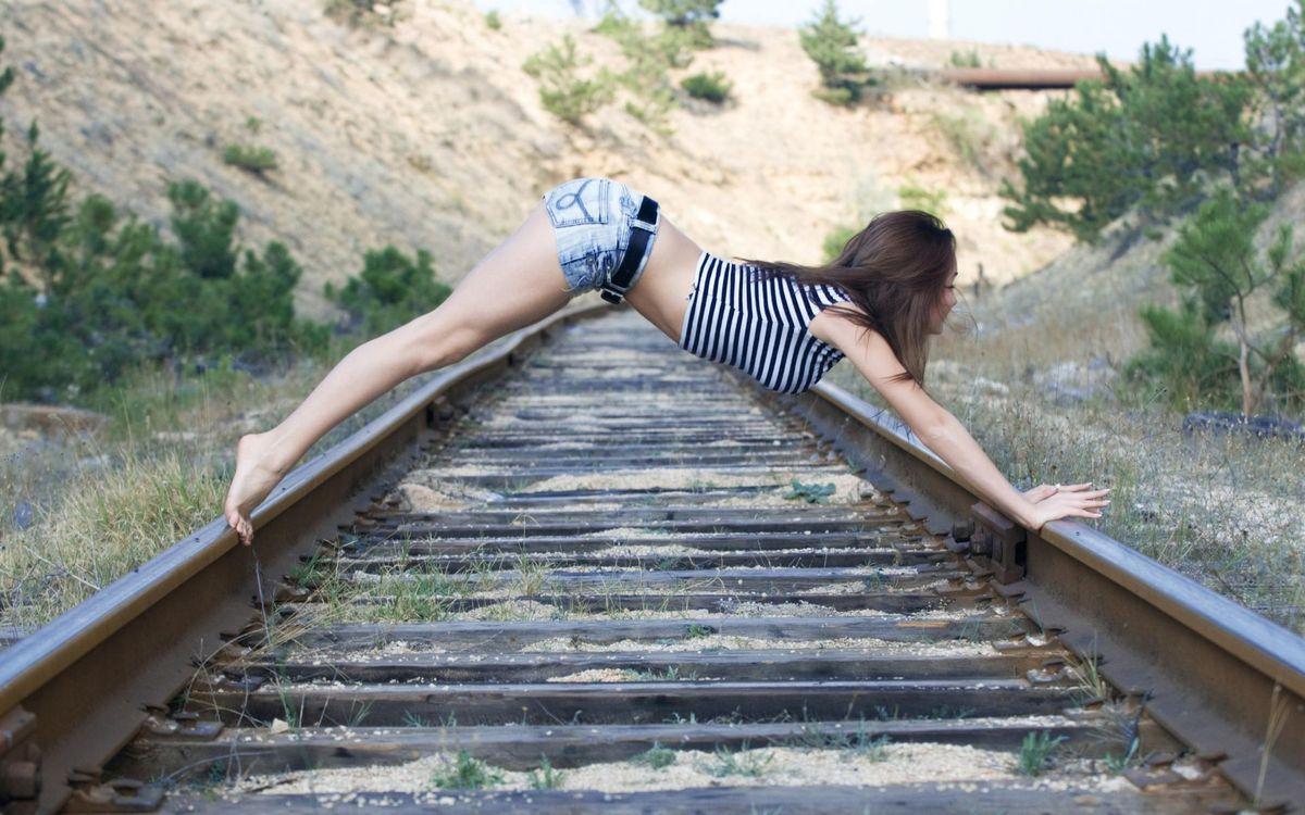 Фото бесплатно девушка, брюнетка, на железной дороге - на рабочий стол