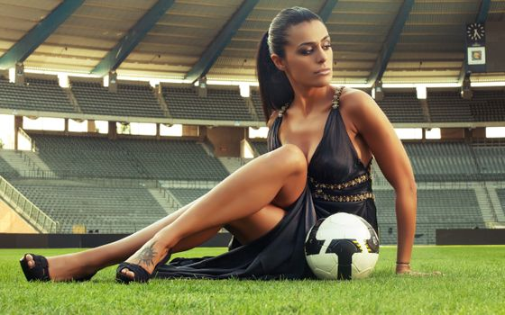 Фото бесплатно девушка с мячом, стадион, секси