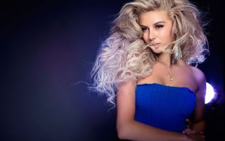 Бесплатные фото блондинка,глаза,губы,серьги,шея,подвеска,платье