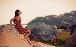 Бесплатные фото девушка,платье,лето,камни,валуны,природа,настроение