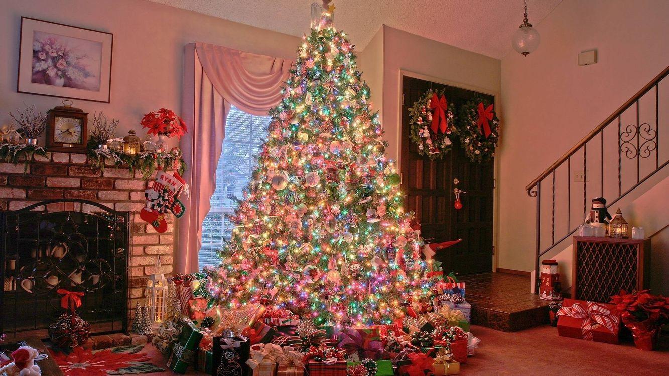 Фото бесплатно елка, камин, квартира, дом, подарки, гирлянда, свет, украшение, новый год, настроения, праздники, праздники
