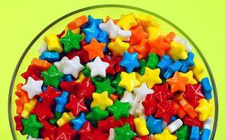 Бесплатные фото конфеты,сладости,звездочки,разноцветные,ваза,фон,салатовый