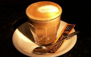 Бесплатные фото стакан,кофе,пена,блюдце,ложечка,пакетик,напитки
