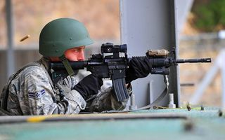 Бесплатные фото воин,солдат,шлем,автомат,пули,гильзы,каска