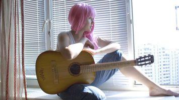 Заставки волосы, розовые, гитара, струны, прическа, шорты, подоконник, жалюзи, окно, девушки, музыка