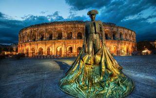 Обои здание, памятник, торреодор, ткань, шляпа, костюм, окна, свет, вечер, город