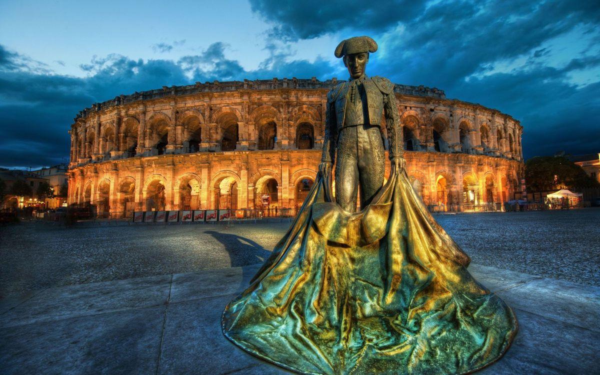 Фото бесплатно здание, памятник, торреодор, ткань, шляпа, костюм, окна, свет, вечер, город, город