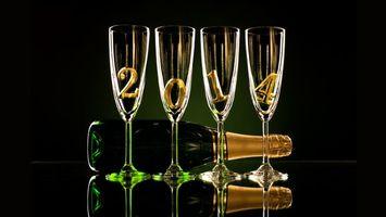 Обои 2014, четыре, цыфры, бокалы, бутылка, зеленая, шампанское, отражение, черный, фон, новый год
