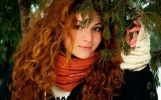 Бесплатные фото девушка,елка,иголки,рыжие,волосы,на природе,улыбается