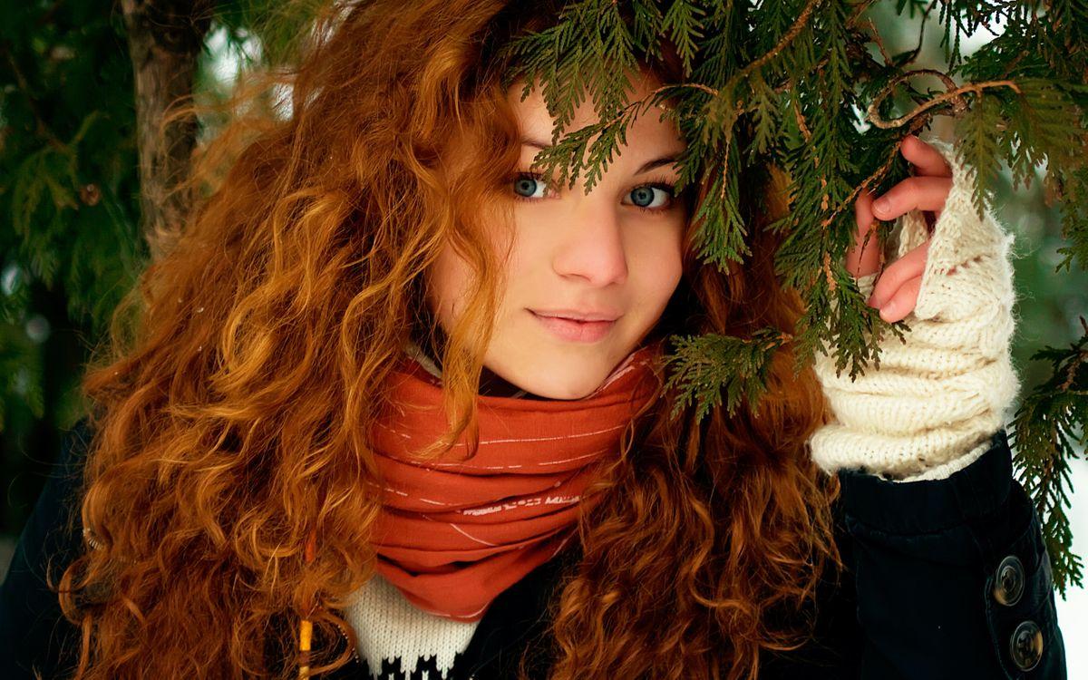 Фото бесплатно девушка, елка, иголки - на рабочий стол