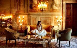 Обои свадьба, дворец, девушка, свадебное платье, диван, история, картины, девушки, праздники