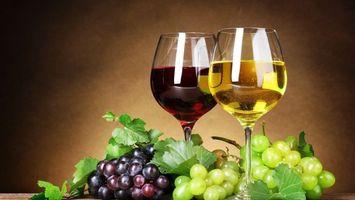 Фото бесплатно бокалы, вино, красное, белое, грозди, виноград, листья, напитки