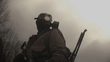 Обои человек, противогаз, солдат, воин, учения, дым, газ, форма, мужчины