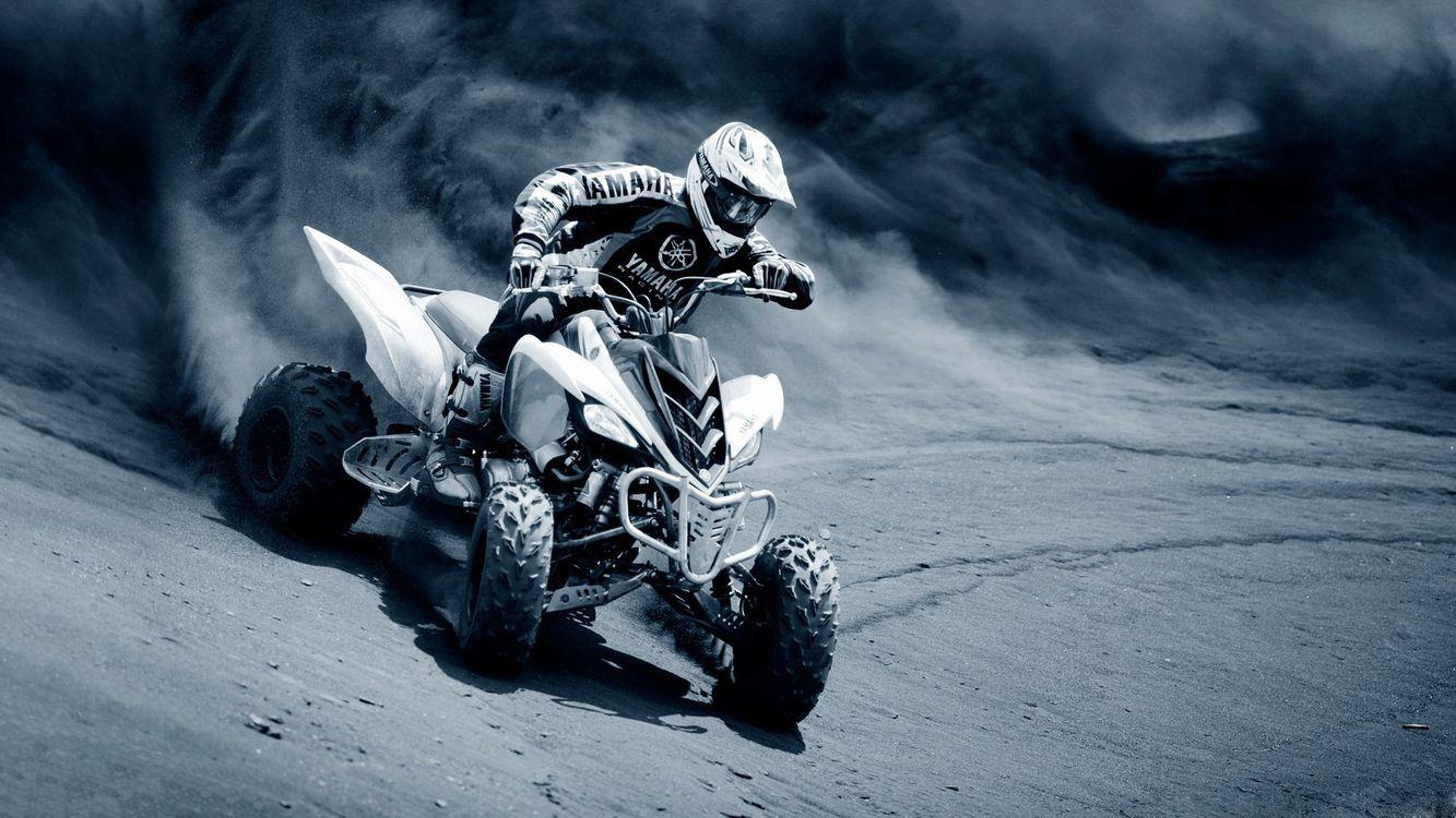 Фото бесплатно квадратик, гонки, гонщик, дорога, песок, пыль, соревнования, шлем, машины, спорт, спорт