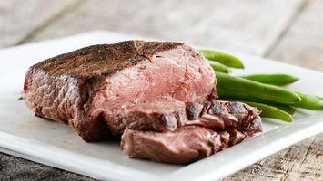 Бесплатные фото мясо,жеренное,тарелка,белая,зелень,специи,еда