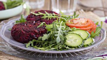 Бесплатные фото огурцы,помидоры,тарелка,салат,зелень,красное,еда