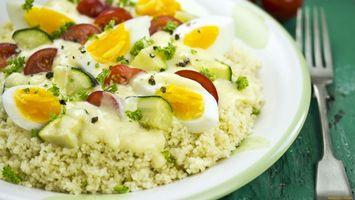 Обои рис, яйца, огурец, зелень, тарелка, вилка, еда