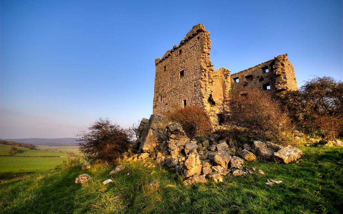 Фото бесплатно руины, развалины, кирпичи, замок, дом, небо, голубое, лето, трава, кусты, камни, поле, пейзажи, природа, природа