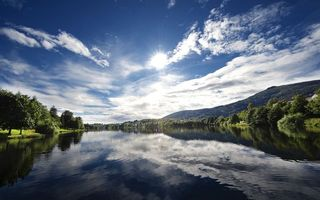 Бесплатные фото речка,лес,горы,дома,солнце,небо,облака