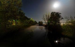 Бесплатные фото река,ночь,небо,звезды,деревья,луна,свет