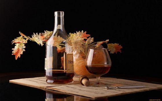 Бесплатные фото виски,бутылка,листья,букет,ваза,стол,пробка,штопор,бокал,напитки