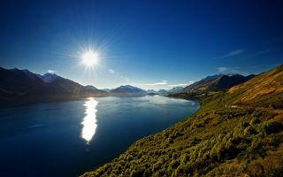 Обои вода, солнце, лес, деревья, склоны, ясно, природа
