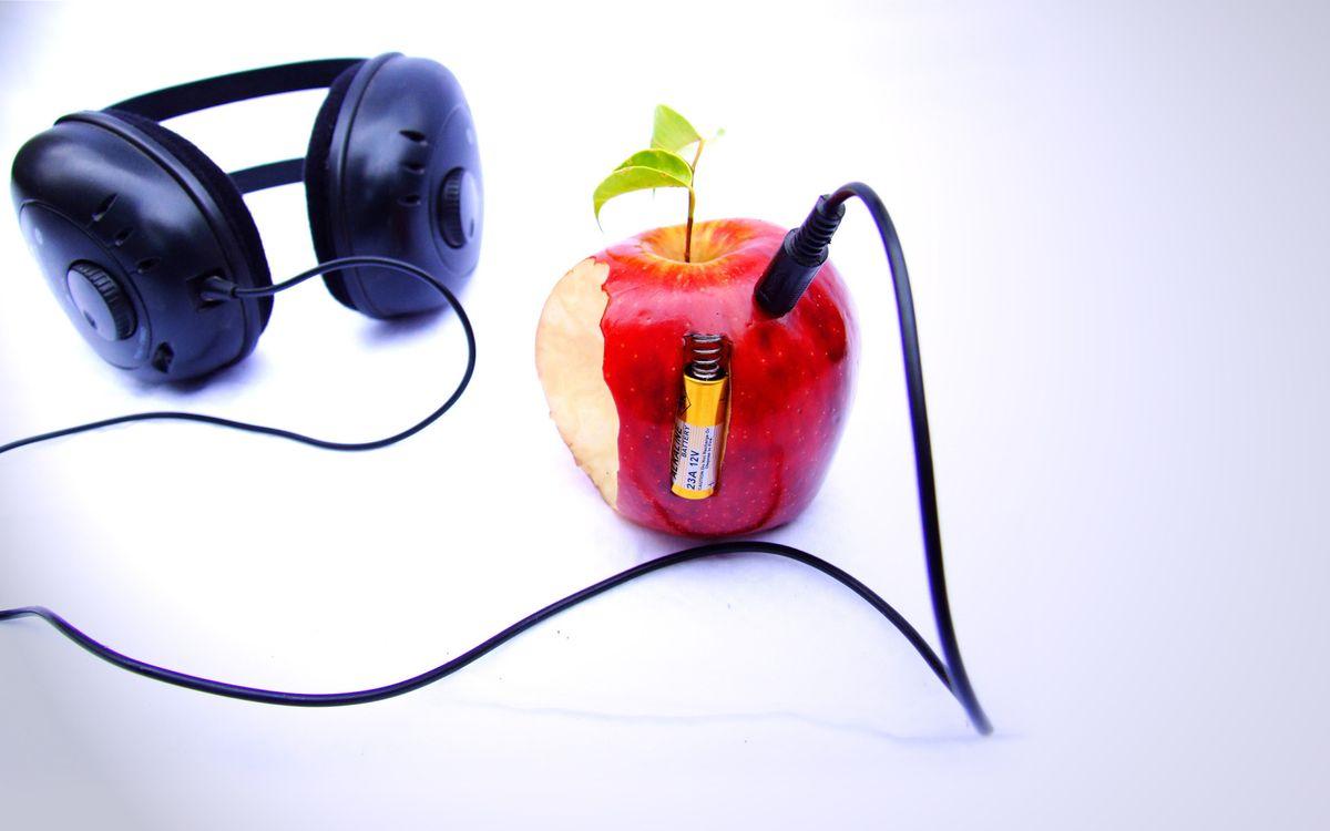 Фото бесплатно яблоко, листья, батарейка, энергия, провод, наушники, разное, разное