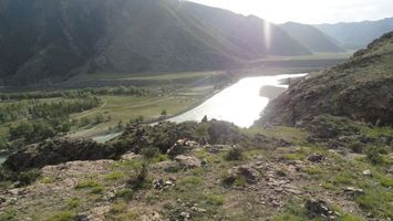 Фото бесплатно река, горы, вода, камни, земля, дерево, ель, небо, солнце, лучи, пейзажи