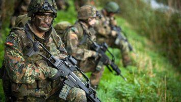Заставки автоматы,солдаты,форма,каски,трава,зеленая,оружие