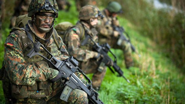 Photo free machine guns, soldiers, uniform