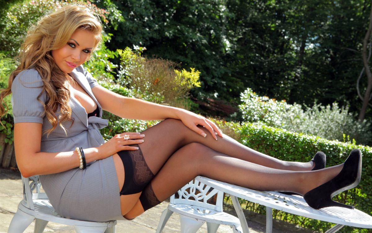 Фото бесплатно блондинка, глаза, губы, декольте, ноги, чулки, девушки, девушки