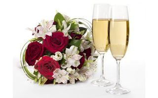 Обои бокалы, фужеры, шампанское, вино, розы, букет, трава, листья, стол, напитки, цветы
