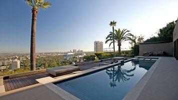 Бесплатные фото дома,высокие,пальмы,небо,бассейн,деревья,город