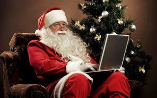 Бесплатные фото дед мороз,современный,с ноутбуком,с буком,с компьютером,у елки,новый год