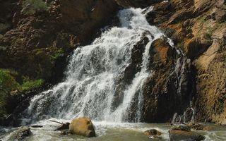 Бесплатные фото гора,река,вода,водопад,камни,деревья,трава