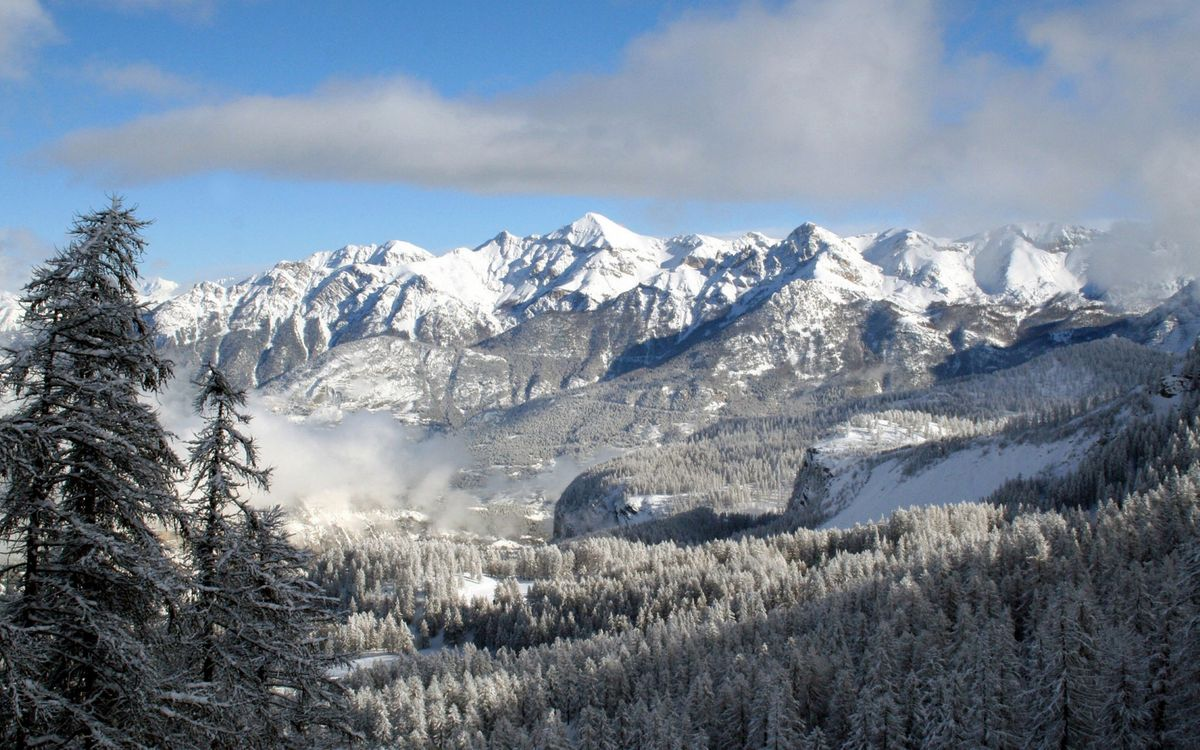 Фото бесплатно горы, снег, зима, елки, ветки, крона, иголки, холод, мороз, небо, тучи, облака, природа, пейзажи, пейзажи
