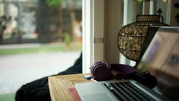 Заставки наушники, ноутбук, стол