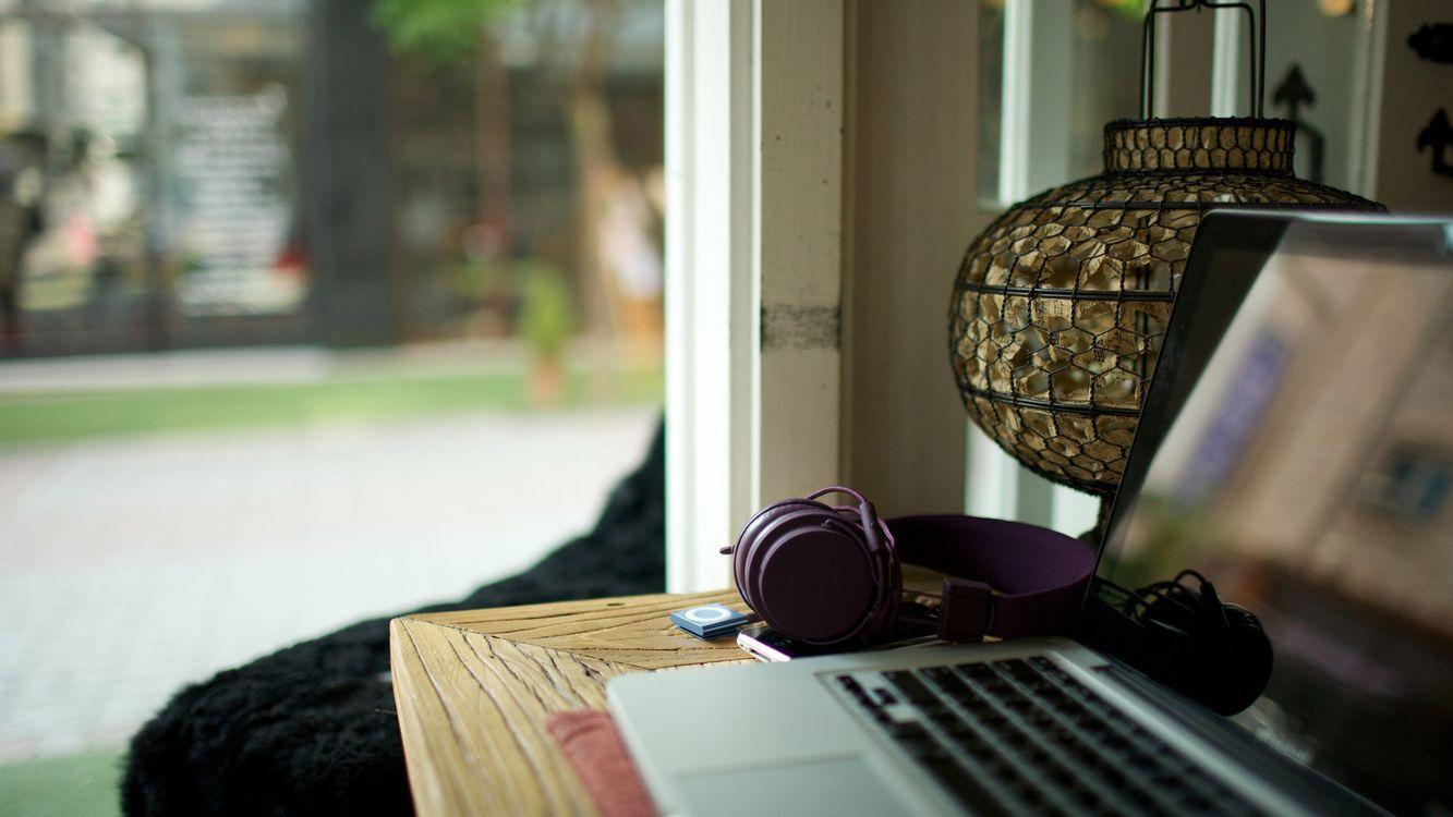 Фото бесплатно наушники, ноутбук, стол - на рабочий стол