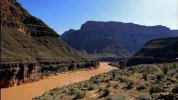 Бесплатные фото река,вода,желтая,берег,трава,камни,горы