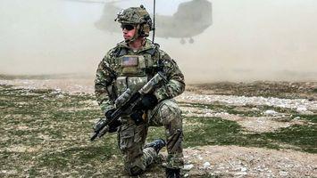Бесплатные фото солдат,сша,автомат,каска,вертолет,трава,оружие