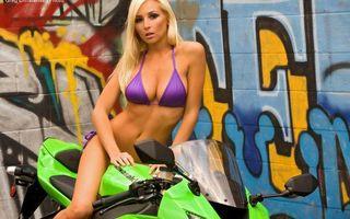Фото бесплатно блондинка, купальник, мотоцикл