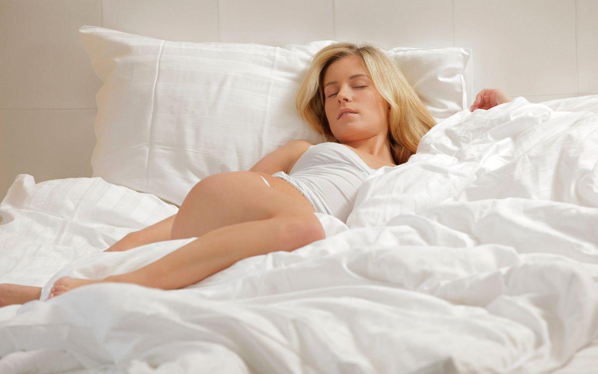 Фото бесплатно блондинка, спит, белье, постель, белая, ноги, девушки, девушки