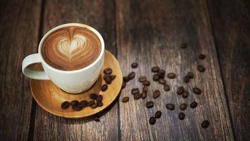 Бесплатные фото чашка,блюдце,кофе,латте-арт,зерна,стол,напитки