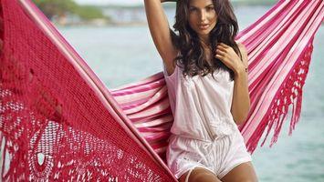 Бесплатные фото девушка,брюнетка,длинные волосы,пляж,море,гамак,платье