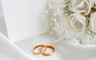 Фото бесплатно кольца, обручальные, букет, бусинки, лепестки, брак, разное