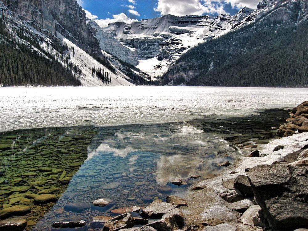 Фото бесплатно скалы, горы, снег, мороз, холод, высота, деревья, елки, вода, озеро, зима, природа, пейзажи, пейзажи - скачать на рабочий стол