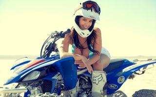 Обои девушка, брюнетка, квадрацикл, шлем, очки, шорты, колеса, руль, фото, девушки